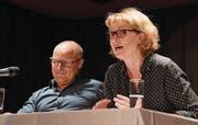 Die Kolumnisten Steven Schneider und Sybil Schreiber erzählen im neusten Leseprogramm Anekdoten aus ihrem Eheleben. (Bild: Yvonne Aldrovandi-Schläpfer)