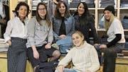 Das Team des Säntis-Fashion-Shops mit Betriebsinhaberin Christine Hanselmann (links) und Tochter Annina Hanselmann (3. von links), die 2014 in die Geschäftsführung eingestiegen ist. (Bild: PD)