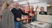 Joe Jöhr erklärt Besuchern, wie Radierungen entstehen. (Bild: Monika Wick)