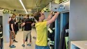 Die Angehörigen der Feuerwehr Weinfelden verstauen ihre persönliche Ausrüstung in den neuen Spinden im Sicherheitszentrum. (Bild: Mario Testa)
