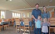 Daniela und Peter Knöpfel und die Kinder Andrin und Riana freuen sich über den gelungenen Umbau. (Bild: Karin Erni)