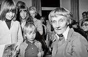 Astrid Lindgren signiert im Kirchgemeindehaus Amriswil Bücher. (Bild: Eugen Fahrni (1975))