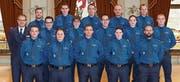 Kommandant Jürg Zingg (links) und seine neuen Mitarbeiterinnen und Mitarbeiter. (Bild: PD)