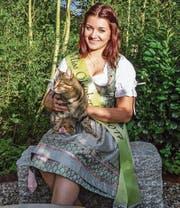 Miss Oktoberfest Tannzapfenland 2017 Larissa Klammsteiner mit Kater Miro. (Bild: Christoph Heer)