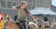 Zielsicher schiesst Janosch Ittig einen Pfeil vom Rücken seines Pferdes. (Bild: Reto Martin)
