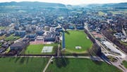 Laut dem Gemeinderat könnten nördlich des Fussballplatzes (vorne rechts) in der Schulanlage Grünau oberirdische Parkplätze entstehen. (Bilder: Olaf Kühne)