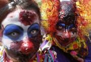 Horror-Clowns wollen mit ihrem Aussehen unschuldige Passanten erschrecken. (Symbolbild) (Bild: FELIPE TRUEBA (EPA))