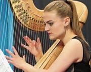 Seline Jetzer liess gekonnt ihre Finger über die Saiten der Harfe schweben, und so ertönte dadurch ein Feuerwerk an Klängen. (Bild: Julia Kaufmann)