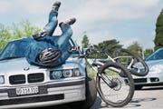 Typischer Unfall: Ein Autofahrer nimmt den E-Bike-Fahrer zu spät wahr. (Bild: Jean-Christophe Bott / Keystone)
