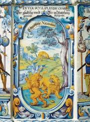 Wenn Löwen kämpfen, schaut der schlaue Fuchs zu: Die Ofenkachel von 1698 beschreibt die Neutralität. (Bild: Schweizerisches Nationalmuseum)