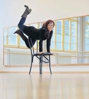 Carmelina Kirstein zeigt eine für Burlesque typische Pose am Stuhl. (Bild: Reto Martin)