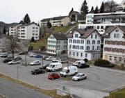 Wegen der geplanten Bewirtschaftung des Badiparkplatzes wurde das Referendum gegen das Parkierungsreglement ergriffen. (Bild: CAL)