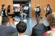 Lehrerin und Querflötistin Julia Stocker (links) musiziert mit dem Driftwood-Ensemble. (Bild: PD)
