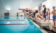 Sprung ins Wasser: Ab nächster Woche ist Winterbetrieb im Romanshorner Seebad. (Bild: Reto Martin (10. Dezember b2016))