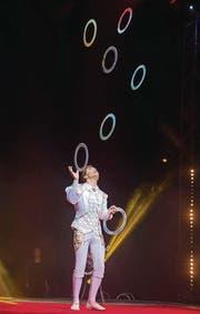 Jongleur David Larible jun. lässt die Ringe fliegen.