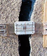 Rissplaketten zeigen Veränderungen an den Rissen von Gruft und Kirche an (Bild: Arcangelo Balsamo)