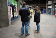 Die Bahnhofpaten im Gespräch mit einer Passantin. Die beiden sind dank ihrer «RailFair»-Weste gut zu erkennen. (Bild: Mengia Albertin)
