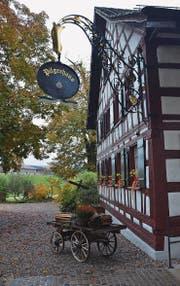 Das Pilgerhaus ist nun mit einem Wirtshausschild geschmückt, herantransportiert aus dem Luzernischen. (Bilder: Philipp Haag)