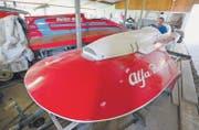 In einer der verstreuten Einstellhallen sitzt Sammler und Restaurator Peter Hürlimann im Cockpit eines Alfa-Romeo-Hydroplan-Rennbootes. (Bild: Max Eichenberger)