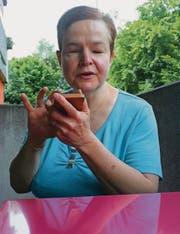 Gabriela Schürch kennt sich mit Smartphones und Co. bestens aus. (Bild: Ursula Ammann)