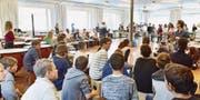 Beim Abschlusskonzert im Saal der Musikschule spielen alle Märstetter Sekundarschüler zusammen auf Cajons, Kesselpauken, Trommeln und Xylophonen. (Bild: Mario Testa)