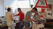 Kunden machen sich im Spring-Fabrikladen auf Schnäppchenjagd. (Bild: Christoph Heer)