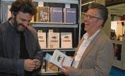 Der Verleger Rico Bilger mit seinem argentinischen Autor Hernan Ronsino. (Bild: Hansruedi Kugler)