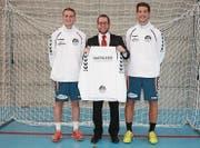 Christian Hildebrand (Mitte) nimmt den Trainingsanzug des Clubs von Philipp Ziehler und Clubpräsident Marco Tschirky entgegen. (Bild: PD)