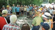 Die Ortsbürgerinnen und Ortsbürger liessen sich von der Freude über das gelungene Projekt anstecken. (Bild: PD)