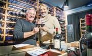 Inhaber Erich «Bisi» Bissegger und Markus Ritzinger von der 2B-Visions AG stossen im Pianobar-Weinkeller aufs Jubiläum an. (Bild: Andrea Stalder)