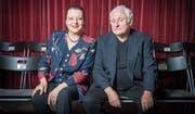 Ihr Lieblingsplatz bleibt die Bühne: Regine Weingart und Arnim Halter spielen fürs Jubiläumsfoto einmal Publikum. (Bilder: Urs Bucher)