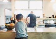 Ein Stück Alltag mit dem Kind erleben, das ermöglicht die wechselseitige Obhut bei den Eltern. (Bild: Getty Images/Maskot)