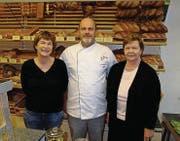 Stephan Egger freut sich mit Trudi Egger-Rüthemann (rechts) und Bea Hirt über das 80jährige Bestehen des Familienbetriebs. (Bild: PD)