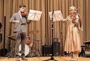 Zwei junge Violinisten bei ihrem Auftritt im Stadthofsaal. (Bild: Lisa Wickart)