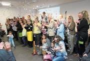 Mit einem Konfettiregen wird das Seniorenzentrum Weitenau eingeweiht. (Bild: Christof Lampart)