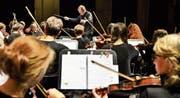 Dirigent Leo Gschwend bringt das Sinfonische Orchester Arbon mit dem Folklore-Trio Anderscht zusammen. (Bilder: Max Eichenberger)