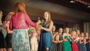 Die Fachmaturanden nehmen an der Kantonsschule Frauenfeld ihre Zeugnisse und eine Rose entgegen. (Bild: Andrea Stalder)
