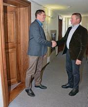 Bildungsdirektor Alfred Stricker (r.) grüsst seinen Departementssekretär Christian Aegerter.