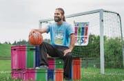 Der Müllheimer Jugendtreffleiter Jonathan Trüeb mit den eingefärbten Outdoor-Spielkisten. (Bild: Andrea Stalder)