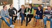 Hanu Fehr vom Sportamt Thurgau und Urs Schneider, Präsident der Thurgauer Raiffeisenbanken (links), diskutieren in einer Gruppe über die Schwerpunkte von Benevol für die Zukunft. (Bild: Werner Lenzin)