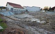 Baustelle im Stachener Zentrum bei der Mosterei Möhl: Der Aushub für den kombinierten Neubau ist im Gange. (Bild: Max Eichenberger)
