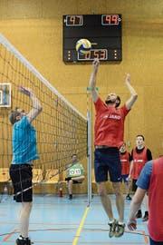 Zehn Stunden lang sah man an der Volleyballnacht in Grabs vollen Einsatz der Spieler und erfolgreiche Netzattacken. (Bild: PD)