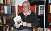 Heinz Carboni blättert in seinem ersten Buch «Tempi passati», das seine Jugendjahre im Zweiten Weltkrieg beschreibt. (Bild: cg)