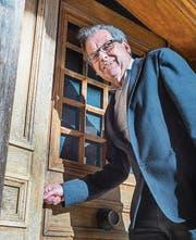 Bürgerarchivar Franz Xaver Isenring ist glücklich: Die Eingangstüre des ehemaligen Hotels Krone befindet sich unversehrt in Ottoberg. (Bild: Andrea Stalder)
