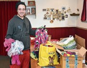 Gian Cadonau packt Clownkostüme für seine Reise ein. (Bild: rsc)