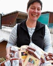 Irma Kappeler präsentiert Käse und Wurst aus dem Tannzapfenland. Ihre Spezialität sind Trutenwürste. (Bild: Ruth Bossert)
