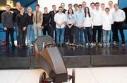 Die 19 Lernenden und ihre beiden Lehrer beziehungsweise Projektleiter freuen sich über die gelungenen Konstruktionen ihrer elektrischen «Rennfahrzeuge». (Bild: Heidy Beyeler)
