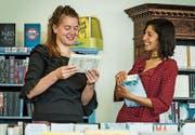 Katharina Alder und Désirée Stucki in der Buchhandlung. (Bild: Reto Martin)