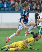 Cedric Itten erzielt das 2:0. Daniel Lopar bleibt das Nachsehen. (Bild: Georgios Kefalas/KEY)