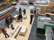 Das Schweizer Fernsehen drehte auch in der Schreinereihalle der Gamser Firma Schöb AG. (Bild: PD)